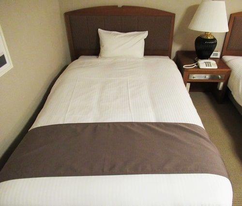 ホテル「ヴィラ北軽井沢エルウイング」のベッドで一休み