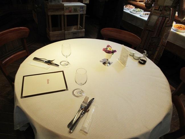 ピレネーのテーブル席